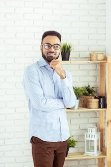 Retrato de homem afro-americano negro bonito