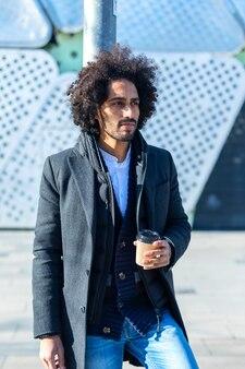 Retrato de homem afro bonito alegre em roupa casual posando