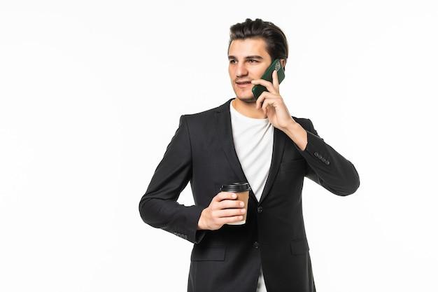 Retrato de homem agente positivo trabalhar relaxar tempo segurar caneca de café para viagem falar no telefone celular colegas familiares amigos usar calças pretas blazer jaqueta cinza