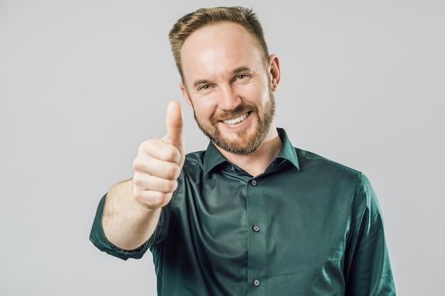 Retrato de homem amigável, levantando os polegares