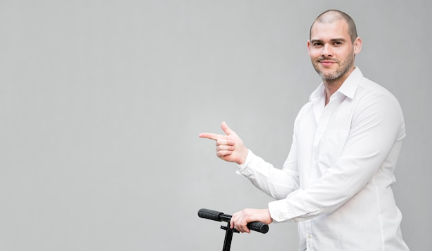 Retrato de homem andando de scooter com espaço de cópia