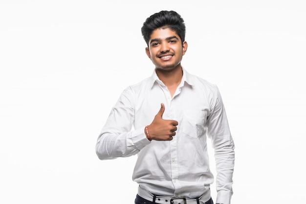 Retrato de homem animado com roupa formal, dando o polegar para cima contra a parede branca