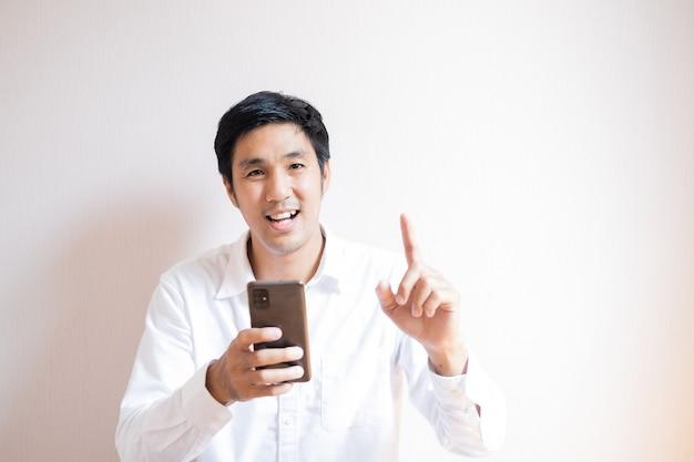 Retrato de homem asiático adolescente confiante estudante