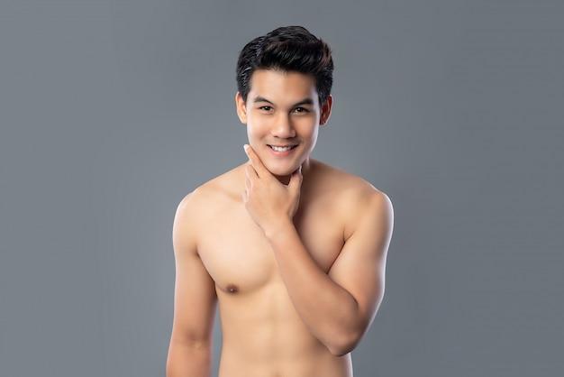 Retrato de homem asiático bonito sem camisa sorridente