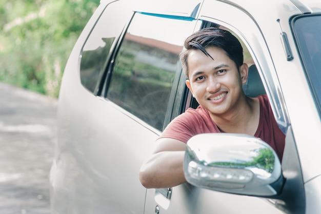 Retrato de homem asiático em um carro