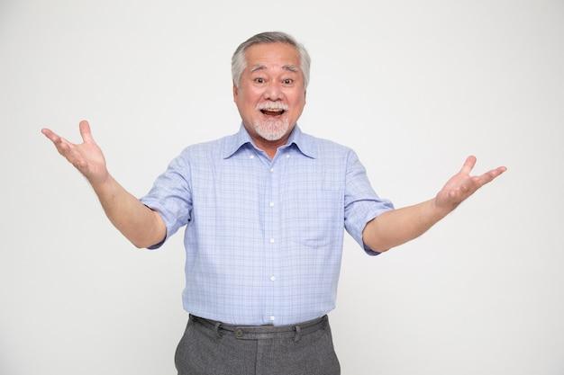 Retrato de homem asiático sênior gritando animado isolado sobre fundo branco.