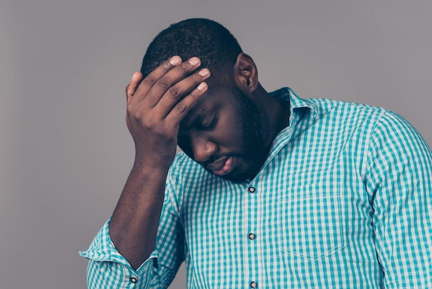 Retrato de homem barbudo afro-americano tocar a cabeça. ele tem forte enxaqueca