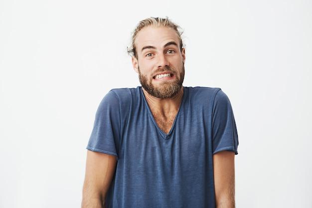 Retrato de homem barbudo bonito com engraçado posando de corte de cabelo da moda