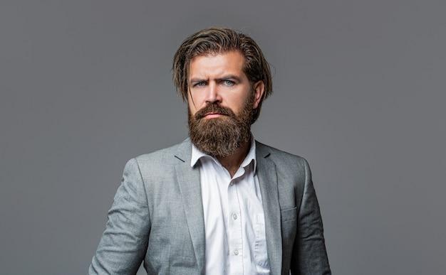 Retrato de homem barbudo bonito de terno.