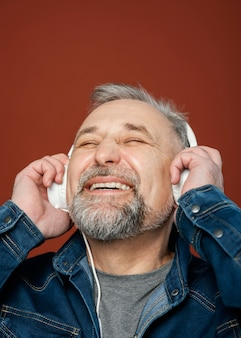 Retrato de homem barbudo com fones de ouvido
