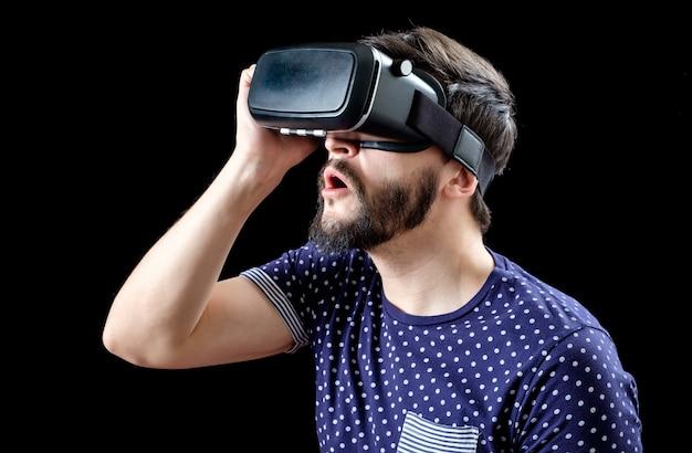 Retrato de homem barbudo com óculos de realidade virtual