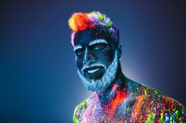 Retrato de homem barbudo com pó ultravioleta