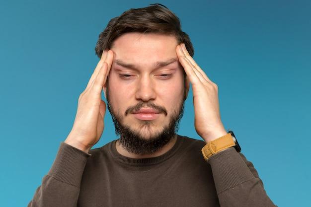 Retrato de homem barbudo jovem cansado e irritado