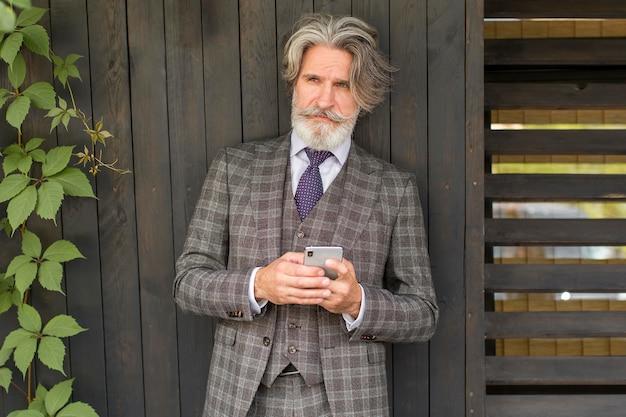 Retrato de homem barbudo posando ao ar livre Foto Premium