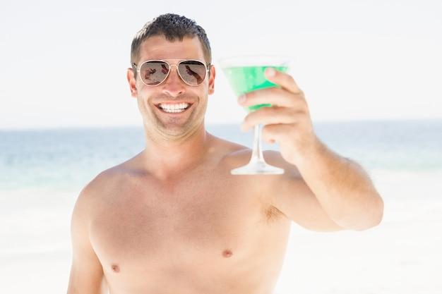 Retrato de homem bebendo cocktail