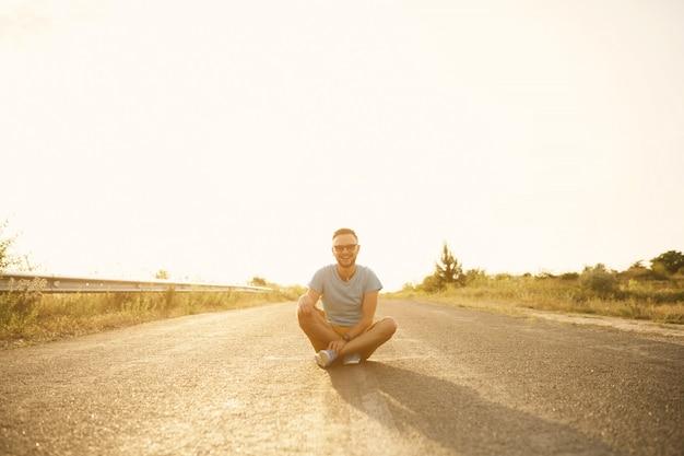 Retrato de homem bonito ao ar livre com um filtro instagram vintage retrô