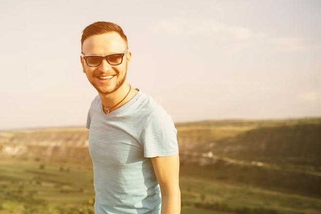Retrato de homem bonito ao ar livre com um instagram vintage retro fi