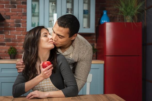 Retrato de homem bonito, beijando a mulher