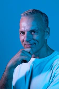 Retrato de homem bonito de meia-idade com luzes de néon
