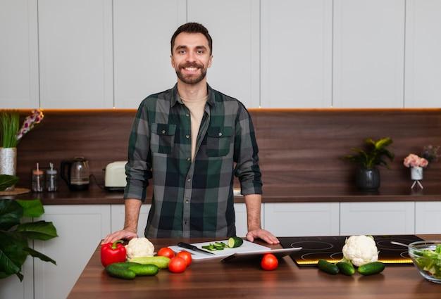 Retrato de homem bonito na cozinha