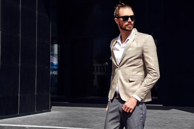Retrato de homem bonito sexy vestido elegante terno xadrez bege