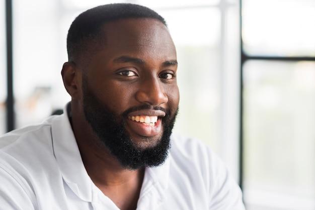 Retrato de homem bonito sorrindo