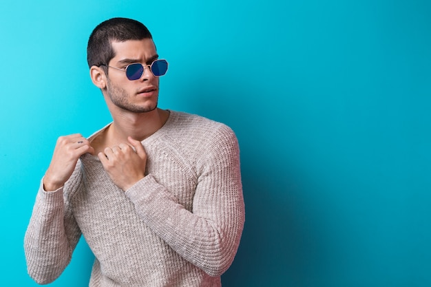 Retrato de homem bonito usando óculos de sol