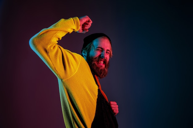 Retrato de homem branco isolado em fundo gradiente de estúdio em luz de néon