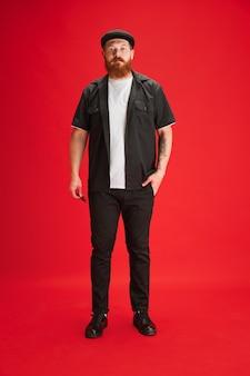 Retrato de homem branco isolado em fundo vermelho de estúdio com copyspace