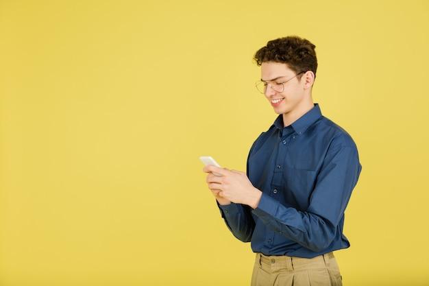 Retrato de homem branco isolado na parede amarela com copyspace