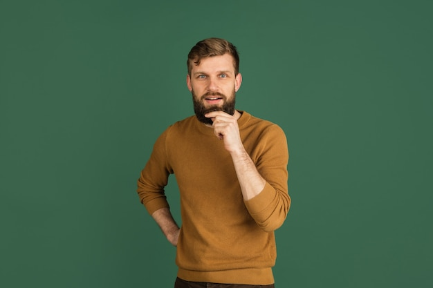 Retrato de homem branco isolado sobre parede verde com copyspace