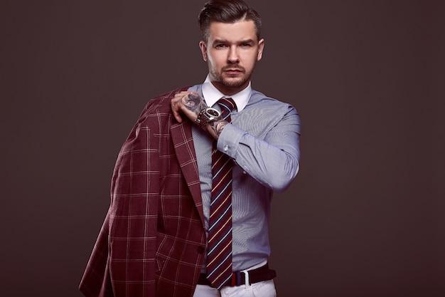 Retrato de homem brutal elegante em um terno de lã