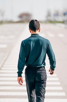 Retrato de homem caminhando para trás