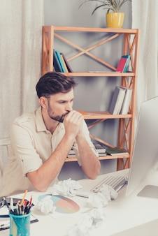 Retrato de homem cansado tentando terminar uma tarefa difícil