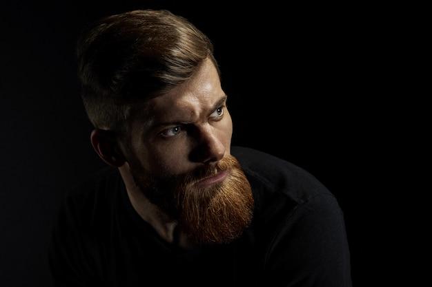 Retrato de homem caucasiano com barba grande