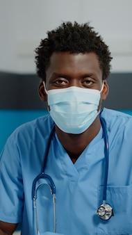 Retrato de homem com a ocupação de enfermeira, olhando para a câmera