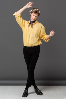 Retrato de homem com camisa da moda e guirlanda floral