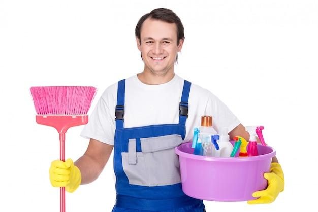 Retrato de homem com equipamentos de limpeza.