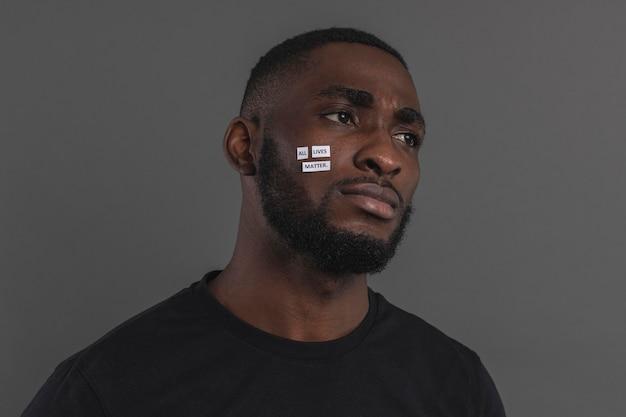 Retrato de homem com etiqueta branca no rosto