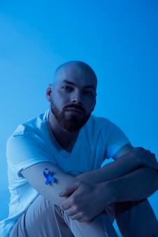 Retrato de homem com fita de câncer de próstata
