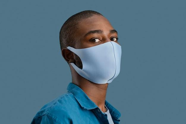Retrato de homem com máscara facial