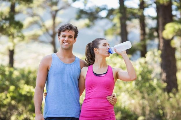 Retrato de homem com parceiro bebendo água eu