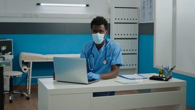 Retrato de homem com profissão de enfermeira vestindo uniforme