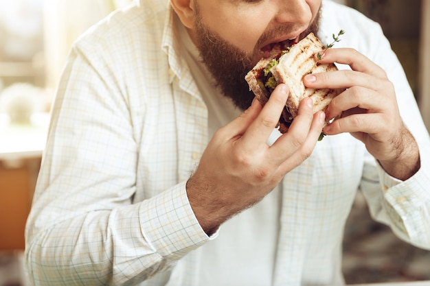 Retrato, de, homem come, em, café, e, desfrutando, alimento