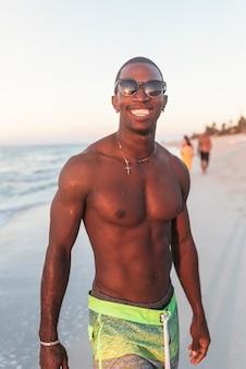 Retrato de homem cubano bonito na praia.