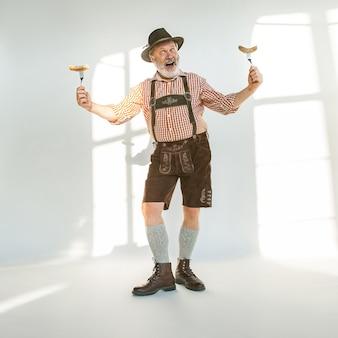 Retrato de homem da oktoberfest, vestindo as roupas tradicionais da baviera