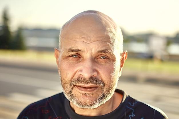 Retrato de homem de meia idade, caucasiano, ao ar livre