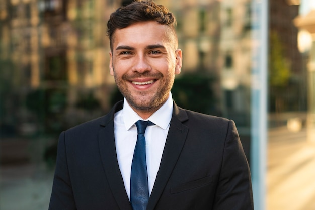 Retrato de homem de negócios ao ar livre sorrindo