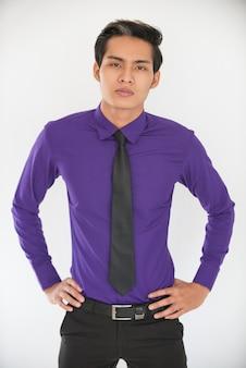 Retrato de homem de negócios asiático jovem e orgulhoso
