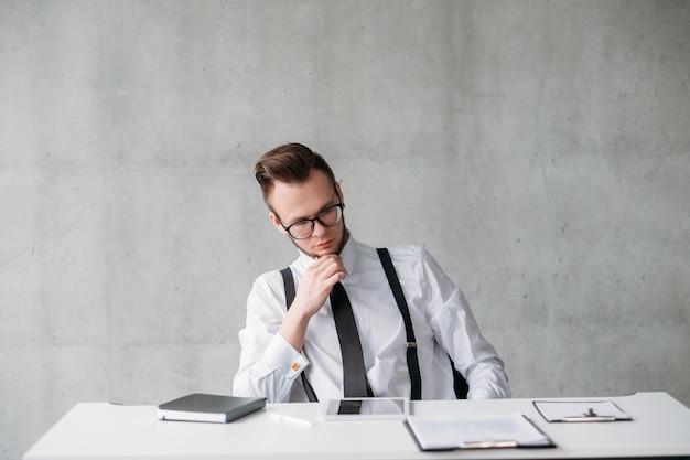 Retrato de homem de negócios com problemas, focado em buscar a solução do problema. expressão facial pensativa.